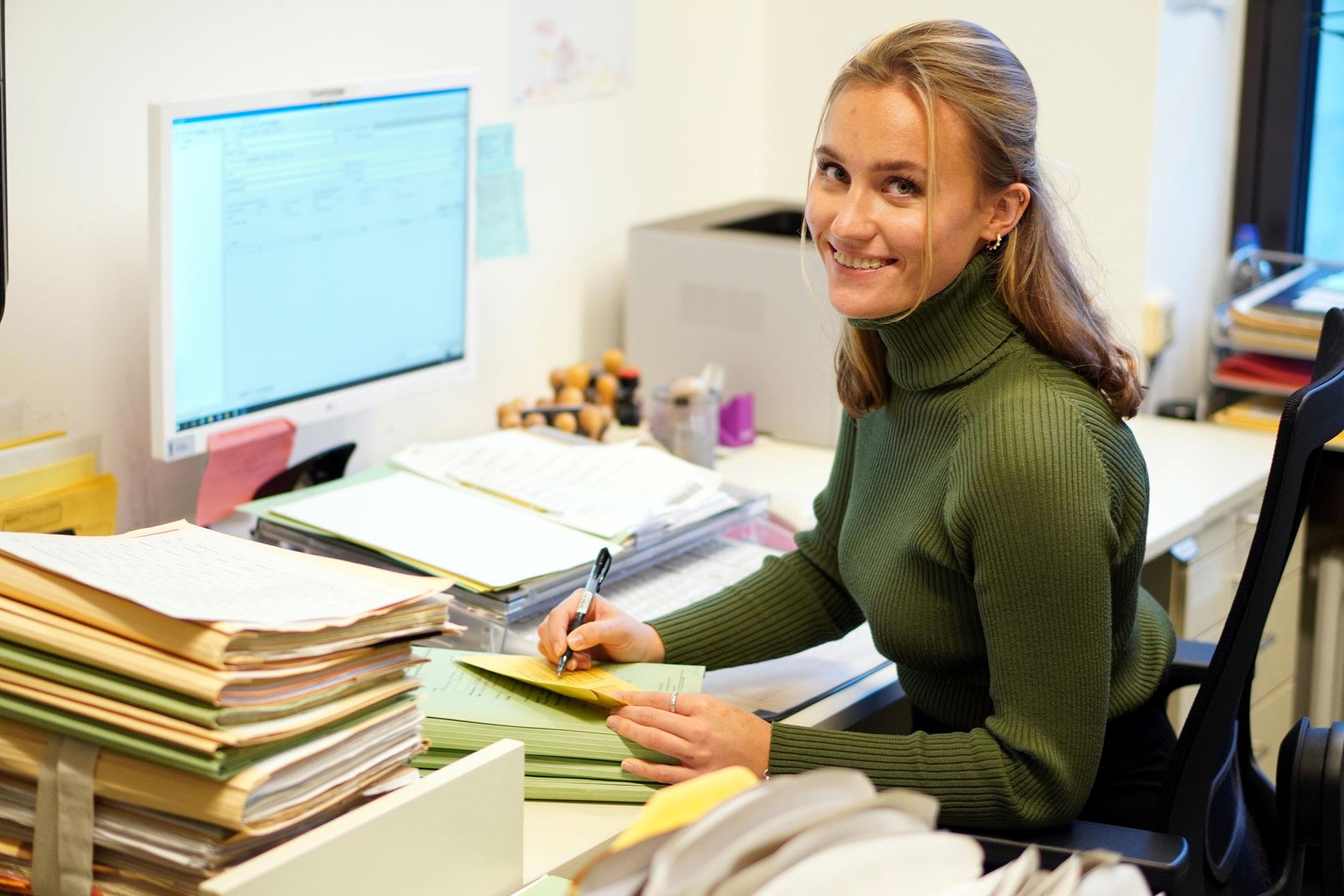 Justizfachwirtin Annabelle: Bearbeitet in ihrem Büro Anträge und andere wichtige Dokumente