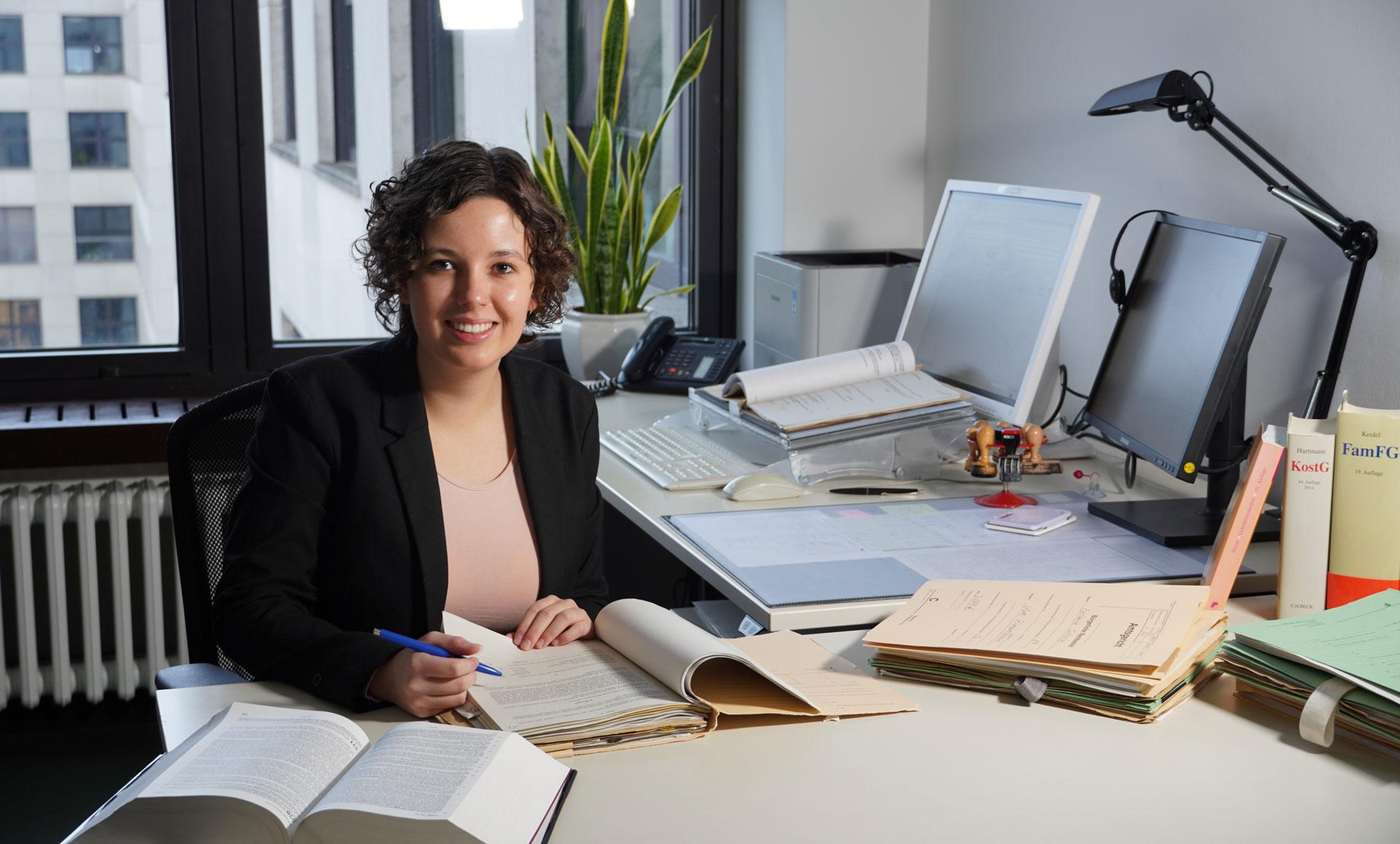 Rechtspflegerin Amy: Bearbeitet in ihrem Büro Erbschaftssachen, Vormundschaften und weitere entscheidende Rechtsfragen
