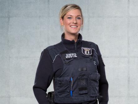 """Kerstin, Justizhauptwachtmeisterin im Team der Gerechten, ermutigend: """"Bewirb dich jetzt"""""""