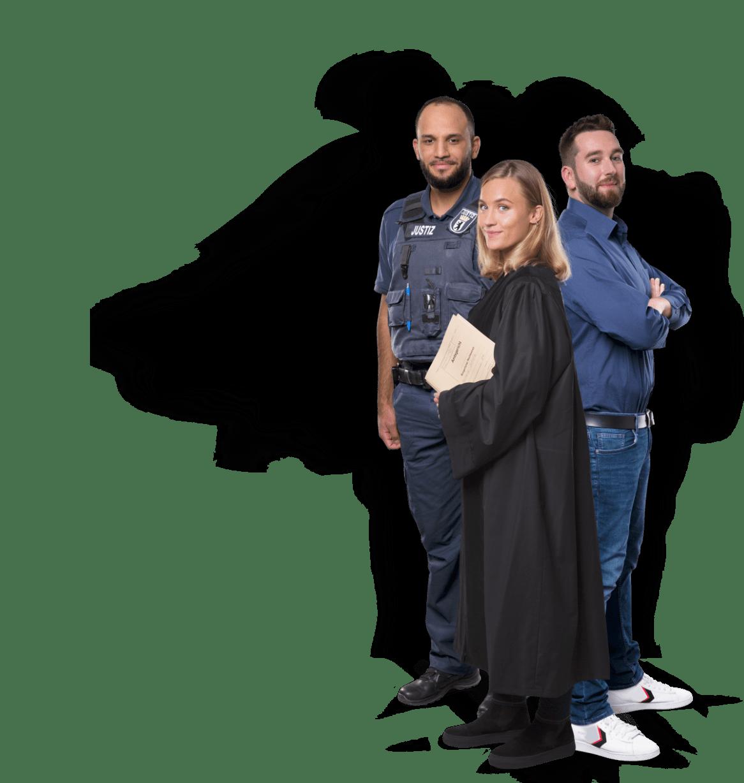 """Kevin (Justizhauptwachtmeister), Annabelle (Justizfachwirtin), Rick (Rechtspfleger), sind begeistert: """"Im Team der Gerechten sind wir alle wichtig."""""""