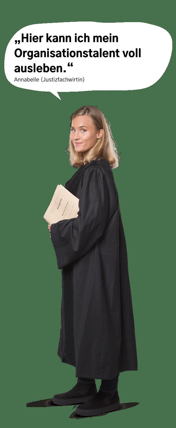 """Deine zukünftige Kollegin Annabelle in Jurist:innenrobe, erfreut: """"Hier kann ich mein Organisationstalent voll ausleben."""""""